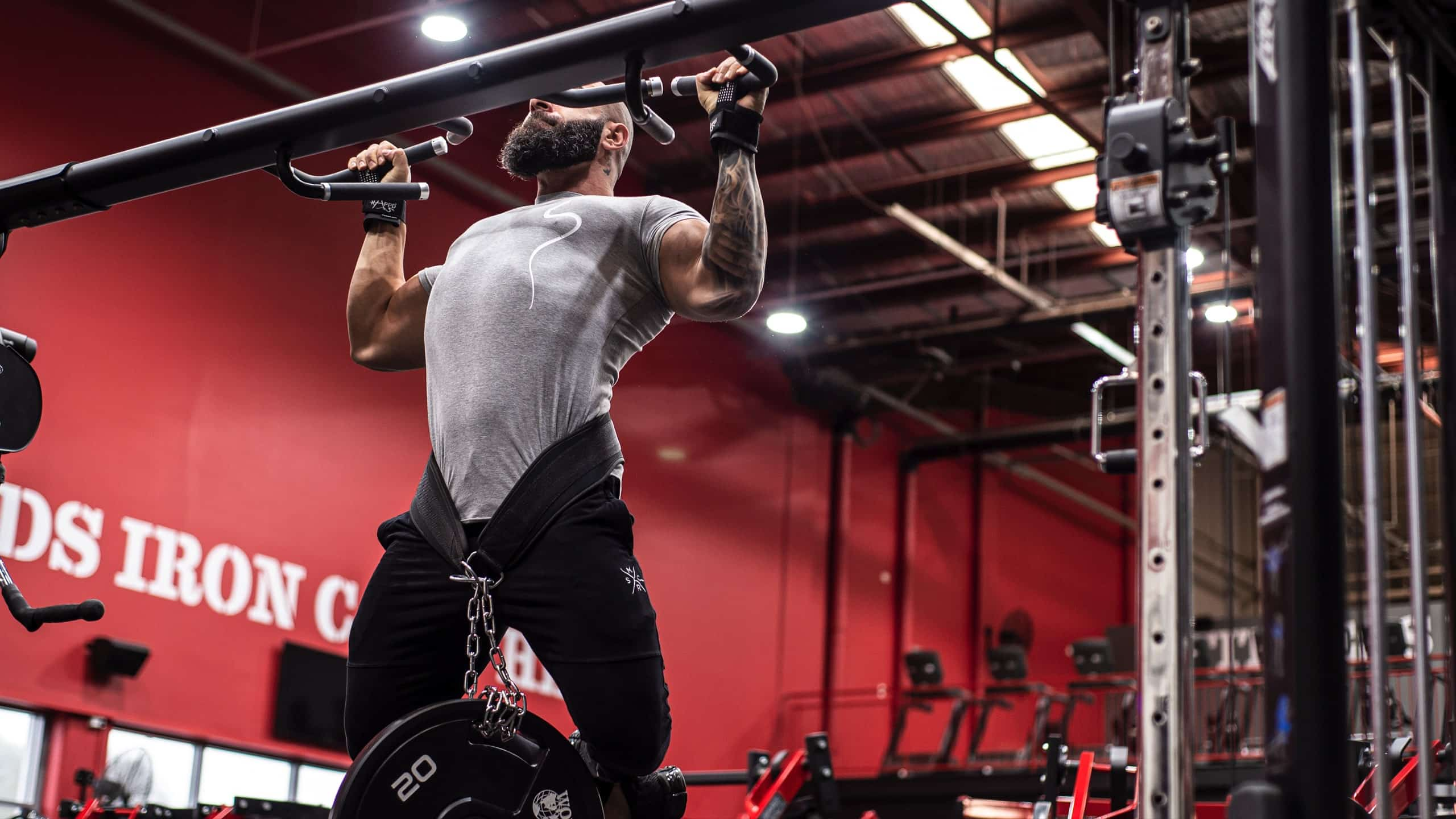 Man doing dips at the gym using rappd dip belt